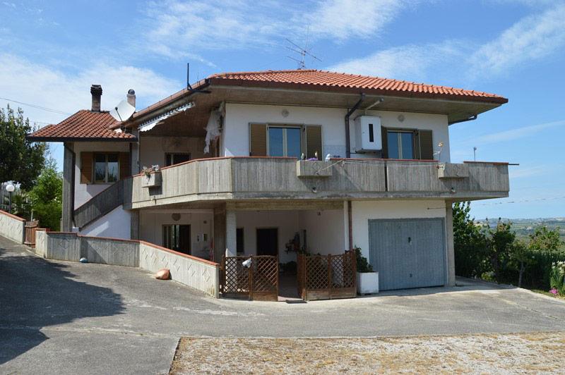 Casa indipendente con piccolo rustico annesso sulle colline teramane- R12